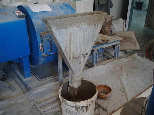 Kendiliğinden yerleşen beton V kutusu düzeneği