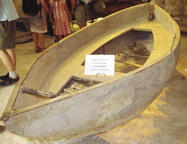 Teknenin alt kısmında çelik donatılar görülüyor.