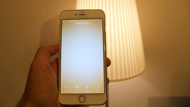 Akıllı ampul ile ışığın rengini ve şiddetini telefon üzerinden ayarlayabilirsiniz.